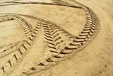 tracce di trattore sulla spiaggia in Italia