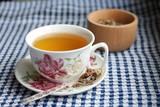 травяной чай в красивой чашке с блюдцем чайная ложка с травами