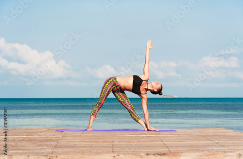 Poster Frau Yoga am Meer am Morgen tun