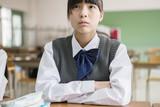 教室で座る女子生徒