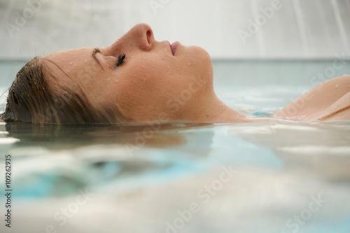 Leinwanddruck Bild Junge blonde Frau bei einem Aufenthalt in der Rupertustherme Bad Reichenhall