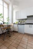 cucina bianca illuminata da luce naturale in appartamento ristrutturato