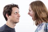 Mujer gritando a hombre
