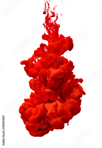 czerwona-farba-w-cieczy-koloru-wody