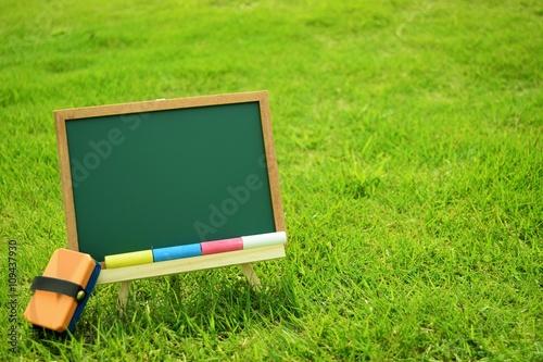 芝生とメッセージボード