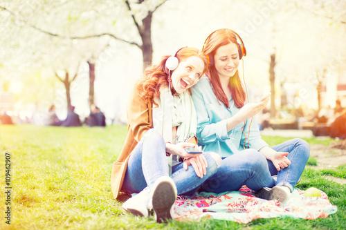 mata magnetyczna Teenage girls laughing