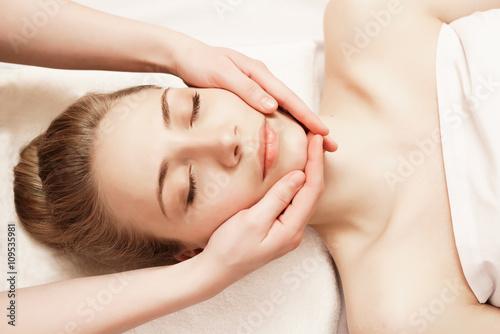 Spa. Kobieta korzystających z anti-aging masaż twarzy