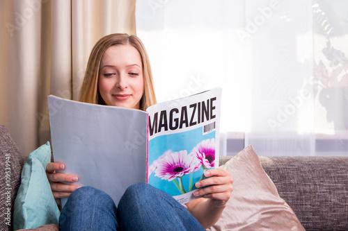 Junge Frau liest Zeitschrift Poster