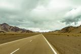 Ruta Nacional 60 (Catamarca, Argentina) en camino hacia Chile con cerros de fondo