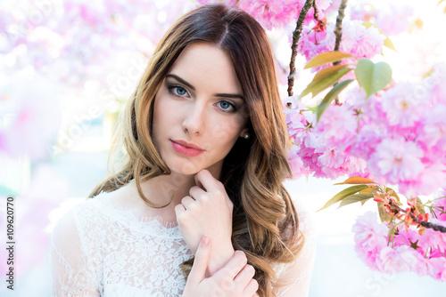 Zdjęcia na płótnie, fototapety, obrazy : Junge Frau mit natürlichem Make-up und Styling, Frühling, Blüten, Blumen