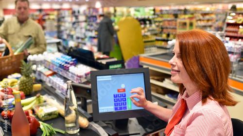 Verkäuferin an der Kasse im Supermarkt // check out suzpermarket