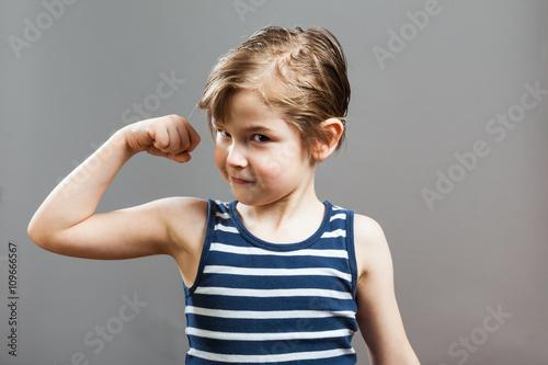Junge präsentiert selbstbewusst seine Bizeps Muskeln Poster