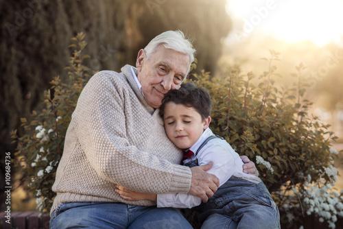 abuelo abrazando a su  nieto