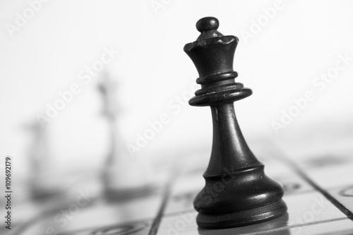 Poster, Tablou Scacchi fotografati su una scacchiera