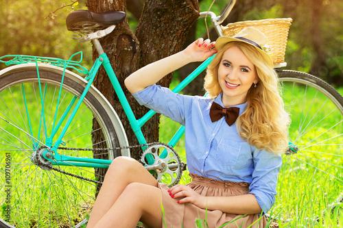 Zdjęcia na płótnie, fototapety, obrazy : Молодая стильная красивая девушка с ретро велосипедом. Весна.