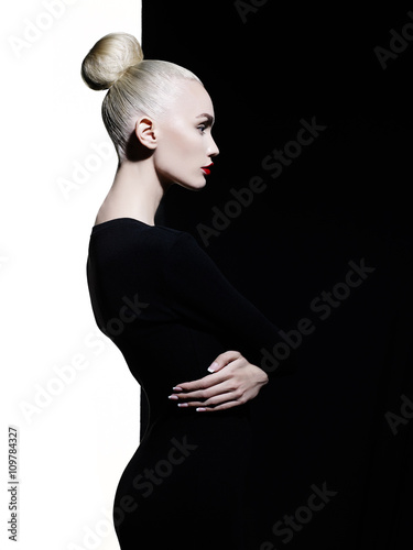 Fotobehang Women Art Elegant blode in geometric black and white background