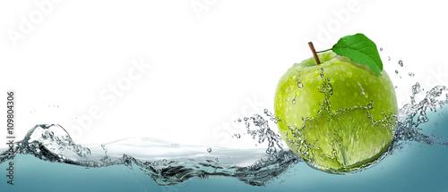 zielone-soczyste-jablko-jako-karta-na-wodnym-backgrou