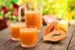 canvas print picture - Frischer Papayasaft aus Papaya, Wasser und Zucker in Gläser serviert, fotografiert mit natürlichem Licht (Selektiver Fokus, Fokus auf den vorderen Glasrand des ersten Glasses)