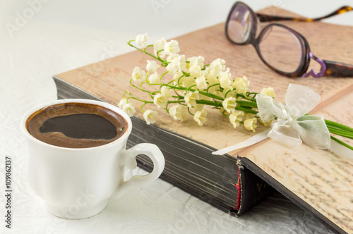 Aluminium Lelietjes van dalen Cup of coffee, book and lily flowers