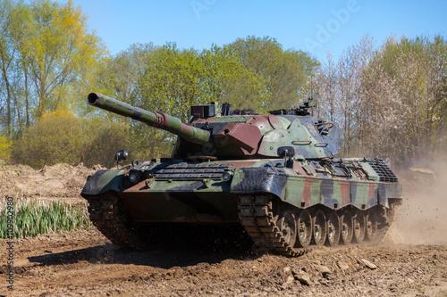 niemiecki czołg główny jedzie na torze