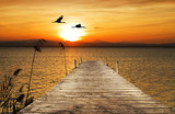 puesta de sol sobre el embarcadero del mar