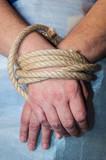 Mani legate con corda di canapa