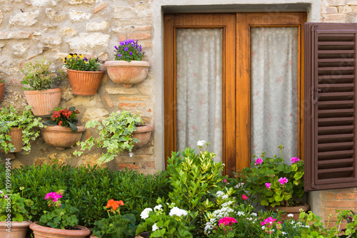 letnie-uliczki-w-sredniowiecznym-toskanskim-miasteczku