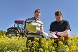 Ackerbau - Flächenprämie, Fachberater und Landwirt im Rapsfeld - 110024322