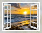 piękny zachód słońca na morzu widok z okna z zasłon otwartych
