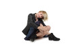 lächelnde junge Frau sitzt auf dem Boden