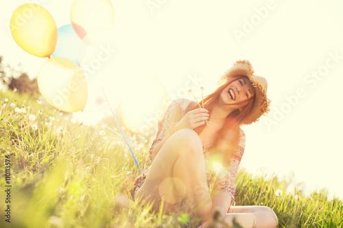 Poster schöne junge Frau im Sonnenuntergang Sommer