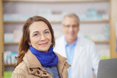 Fotobehang Apotheek lächelnde kundin beim einkauf in der apotheke..