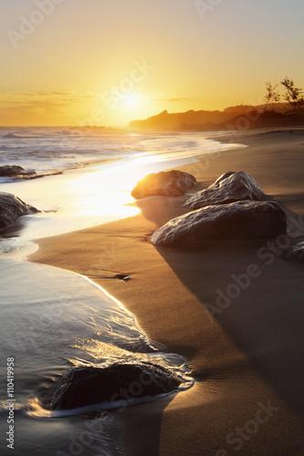 Plage au soleil doré de la Réunion.