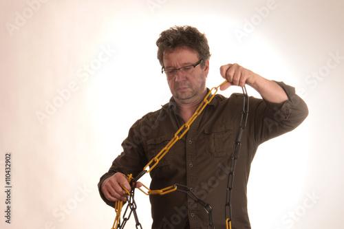 Poster Mann mit Brille entknotet Kette