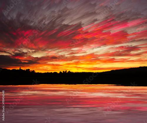 In de dag Bordeaux Tramonto pittoresco con riflesso nell'acqua