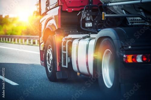 mata magnetyczna Semi Truck on a Highway
