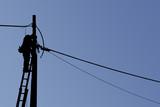 silhouette elettricista uomo al lavoro, nero scontornato su sfondo
