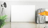 Quadro bianco appoggiato a parete stanza