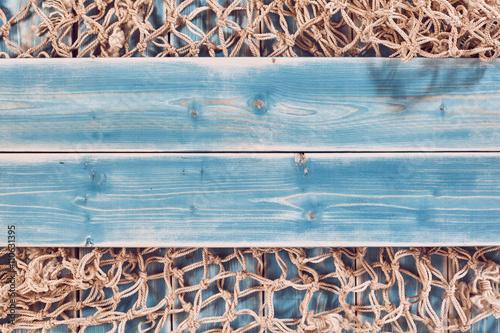 siec-rybacka-i-niebieskie-deski