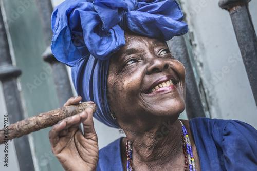 Papiers peints La Havane Portrait of african cuban woman smoking cigar in Havana, Cuba
