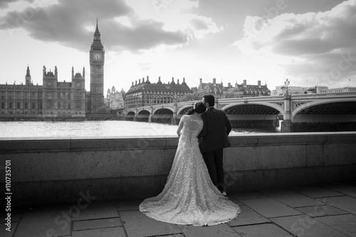 Zdjęcia na płótnie, fototapety, obrazy : Bride and groom at Westminster bridge in London, England