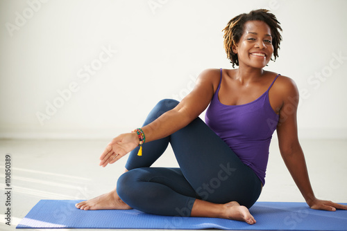 Papiers peints Ecole de Yoga Cheerful African-American woman practicing asana in yoga class