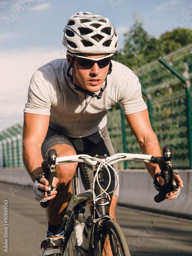 Poster Pédalage cycliste sur un vélo de course en plein air