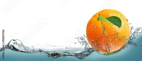 owoc-dojrzalych-mandarynki-na-tle-rozpryskiwania