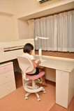 子供部屋で勉強する女の子