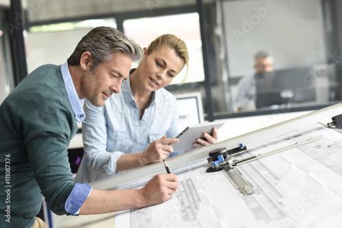 Zespół architektów pracujących razem nad projektem