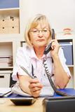 Ärztin hat Bereitschaftsdienst am Telefon