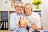Paar Senioren mit Geld und Sparschwein