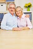 Zwei glückliche Senioren lächeln