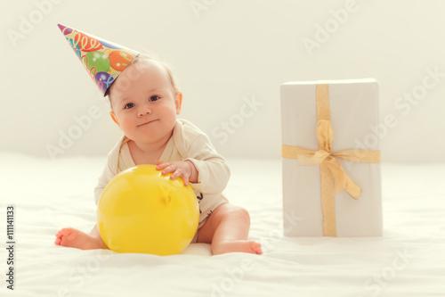 fototapeta na ścianę Baby mit einem Geschenk